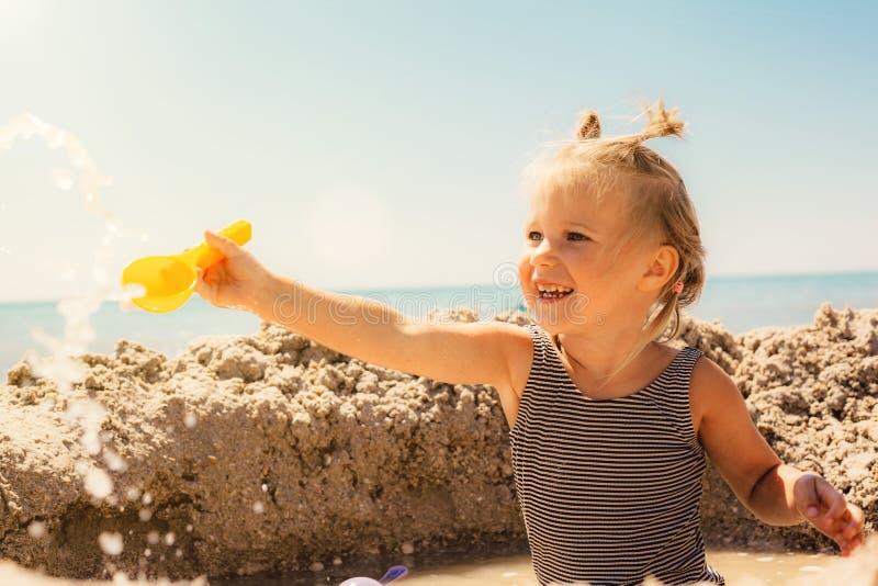Uma criança que joga no litoral fotos de stock royalty free