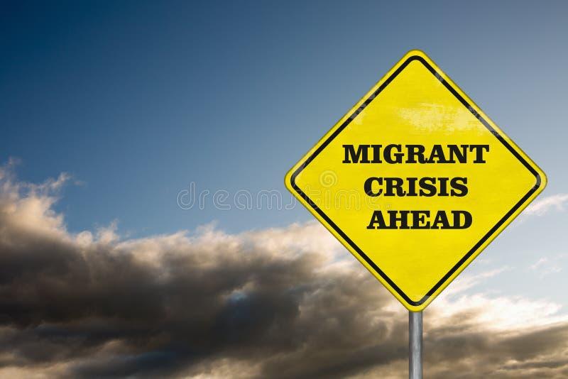 Uma crise emigrante do sinal de estrada no fundo do céu foto de stock