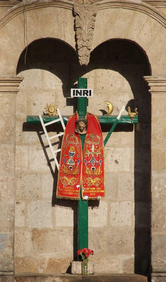 Uma cruz decorada em Arequipa foto de stock
