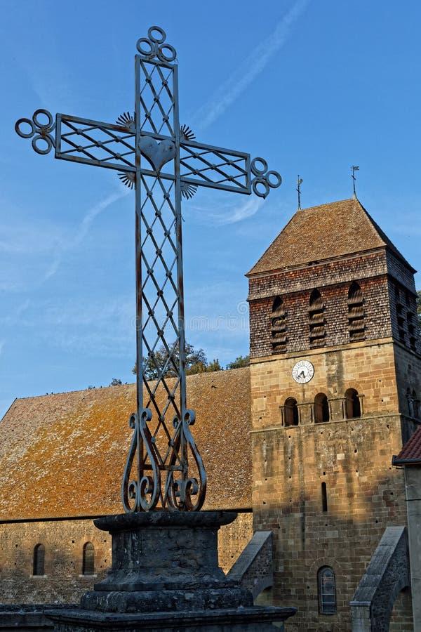 Uma cruz e a torre da igreja medieval da abadia imagem de stock royalty free
