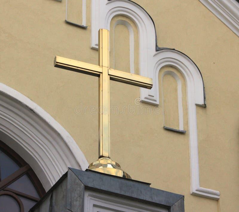 Uma cruz na catedral do catholick fotos de stock