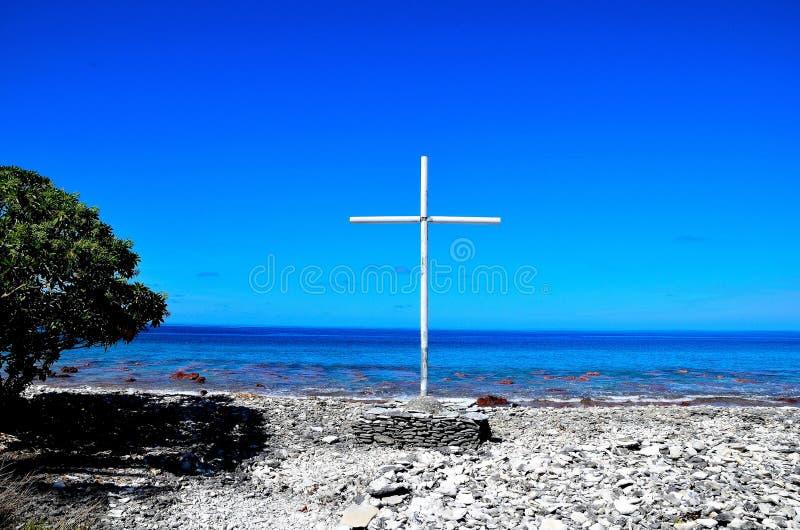 Uma cruz na praia imagens de stock royalty free