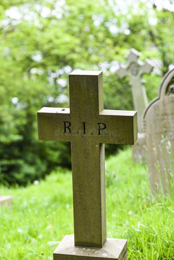 Uma cruz velha em um cemitério em Inglaterra imagem de stock royalty free