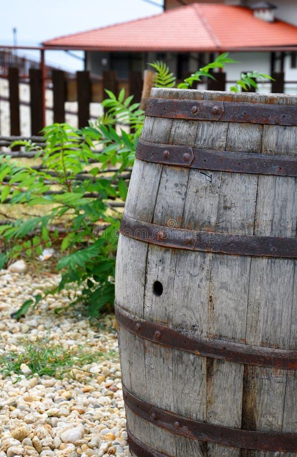 Uma cuba de madeira velha foto de stock