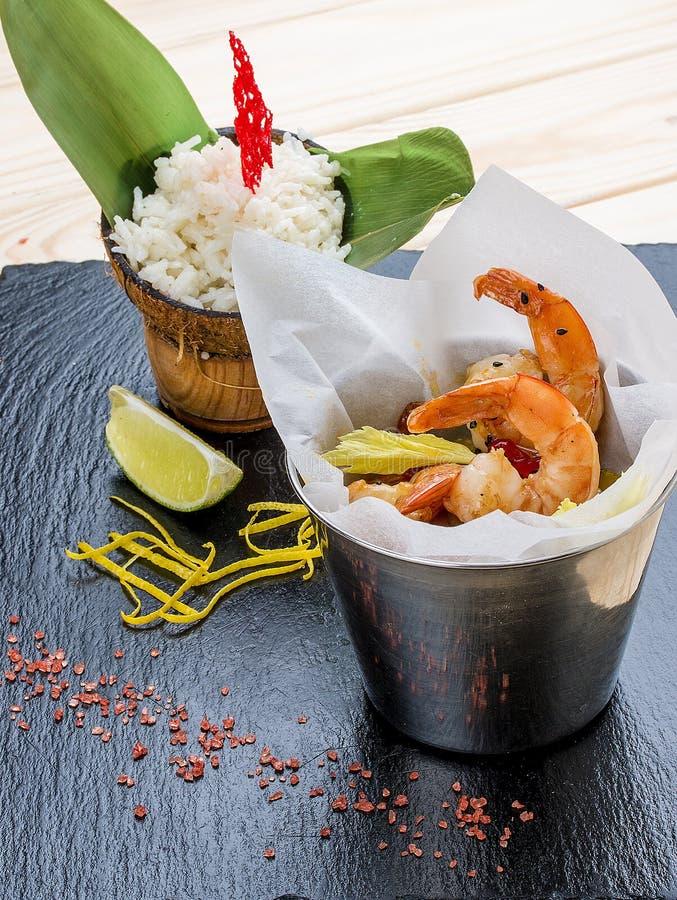 Uma cubeta do camarão no estilo asiático com arroz no leite de coco foto de stock royalty free