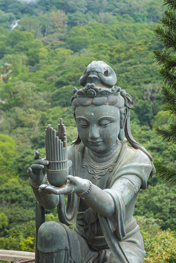 Uma da estátua budista que faz a ofertas a Tian Tan Buddha a Buda grande em Lantau, Hong Kong, vertical imagens de stock royalty free