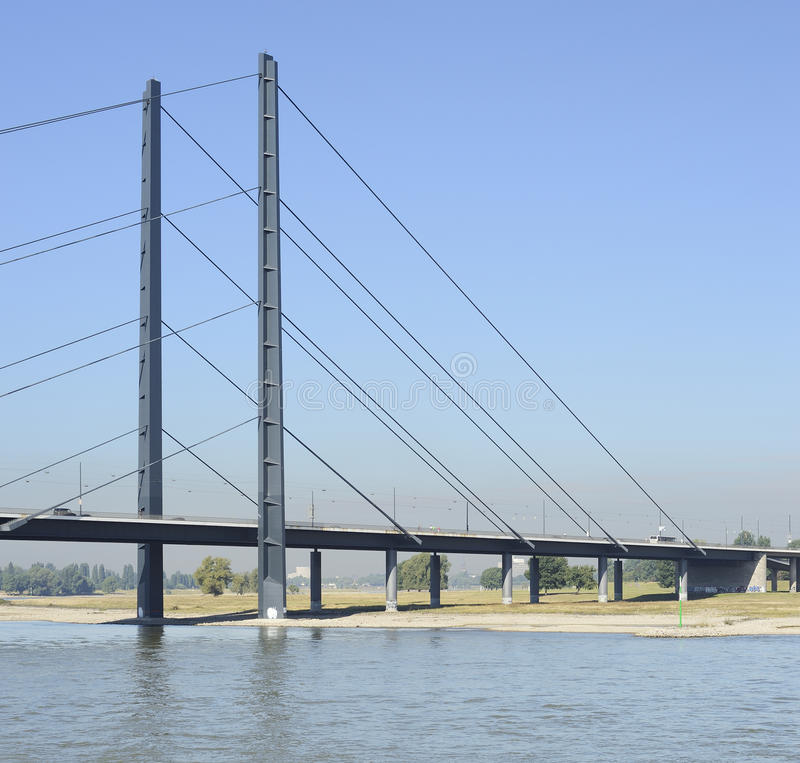 Uma da ponte em Dusseldorf em Alemanha foto de stock