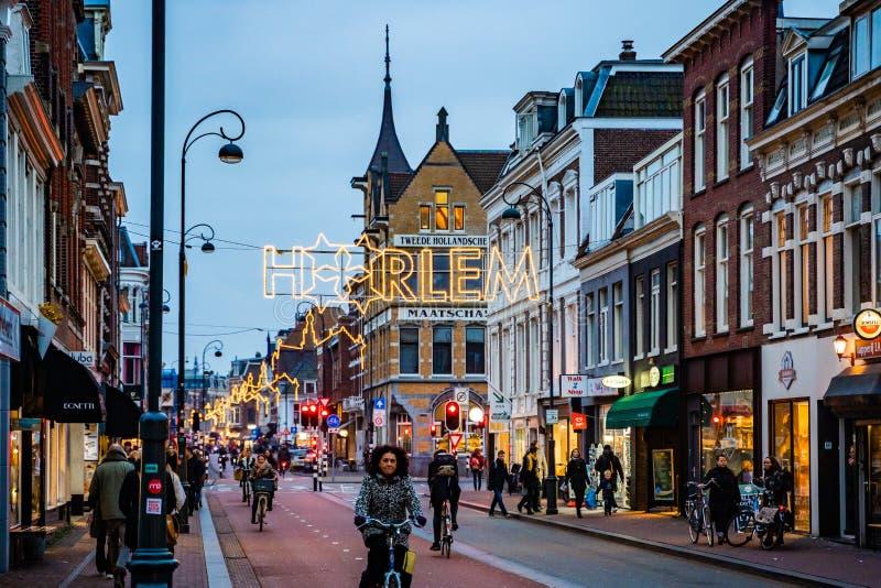 Uma da rua em Haarlem na noite holandesa fotografia de stock royalty free