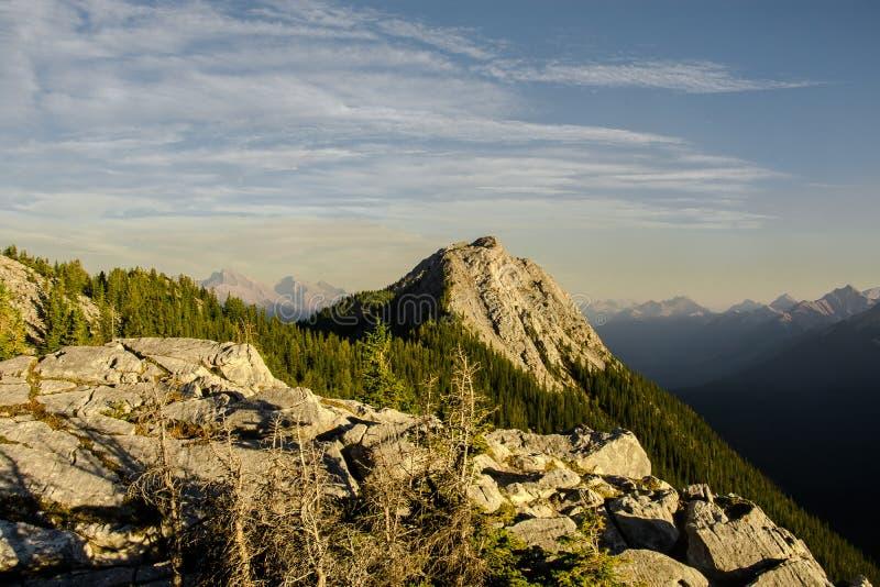 Uma da vista bonita das montanhas em torno da gôndola de Banff em Rocky Mountains, parque nacional de Banff, Alberta, Canadá foto de stock royalty free