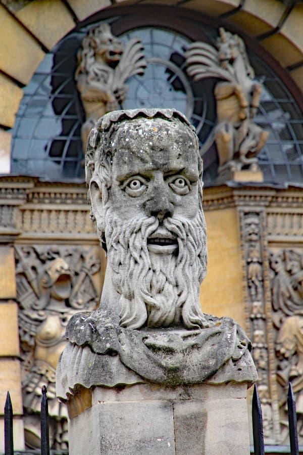 Uma das cabeças do imperador fora do teatro de Sheldonian em Oxford fotografia de stock