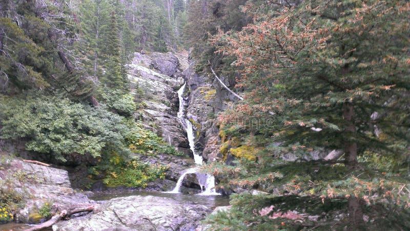 Uma das cachoeiras mais altas que conduzem ao lago McDonald fotografia de stock
