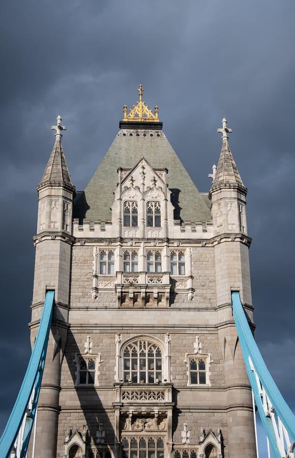 Uma das duas torres da ponte icónica da torre de Londres imagem de stock royalty free