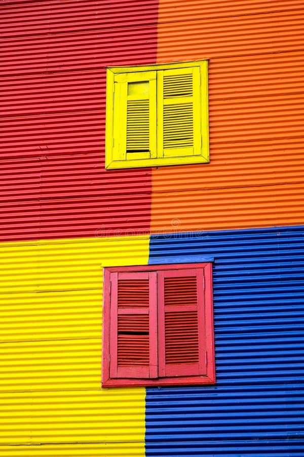Uma das fachadas coloridas do La Boca imagens de stock