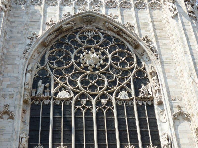 Uma das janelas exteriores decoradas de Milan Cathedral em It?lia imagem de stock