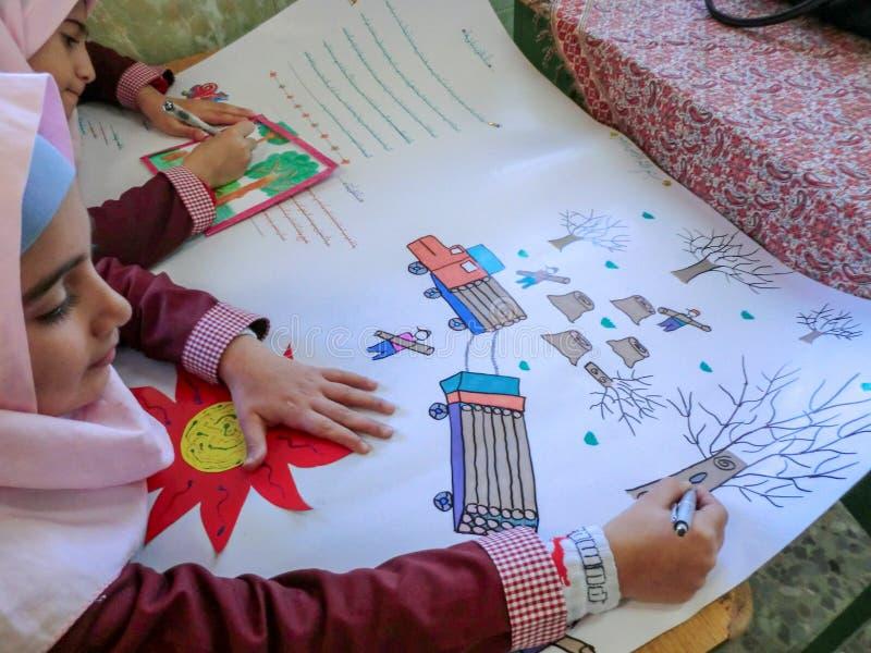 Uma das meninas da escola primária em Rasht, província de Guilan, Irã Uma escola islâmica onde as meninas devam vestir scarve imagens de stock