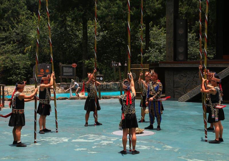 Uma das mostras culturais executou por locals com os trajes tradicionais fotos de stock royalty free