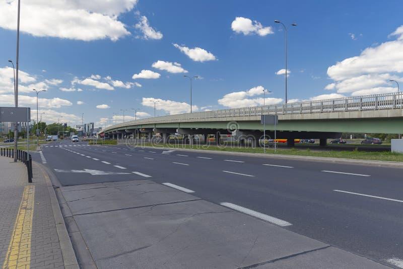 Uma das pontes para os automóveis em Varsóvia fotografia de stock