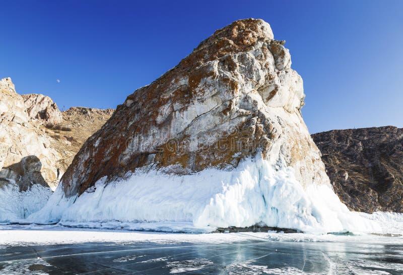 Uma das rochas do cabo Sagan-Khushun ou dos tr?s irm?os, ilha de Olkhon, o Lago Baikal Ru?nas da igreja velha a R?ssia, Sib?ria imagens de stock royalty free