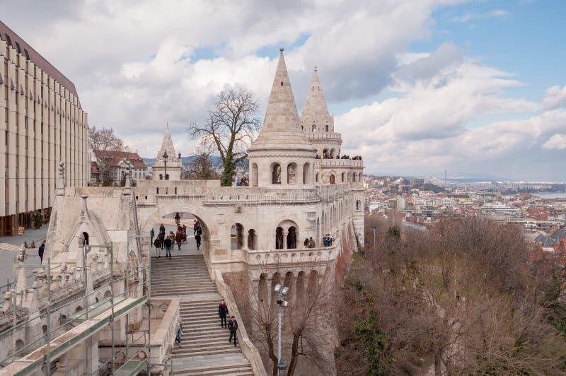 Uma das sete torres do bastião do ` s do pescador em Budapest fotografia de stock royalty free