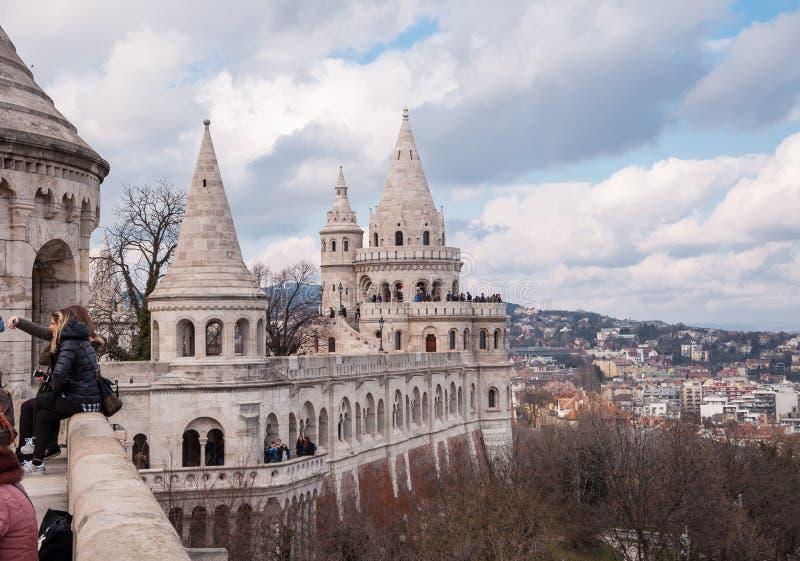 Uma das sete torres do bastião do ` s do pescador em Budapest fotos de stock