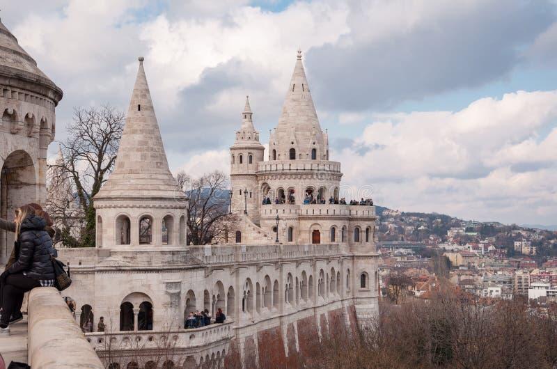 Uma das sete torres do bastião do ` s do pescador em Budapest imagens de stock royalty free