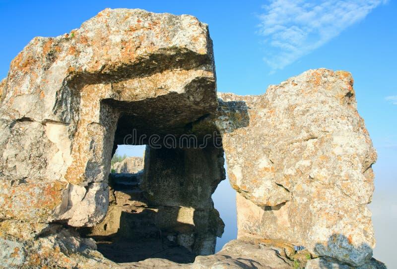 Uma de cavernas do Kale de Mangup (Crimeia, Ucrânia) imagem de stock royalty free