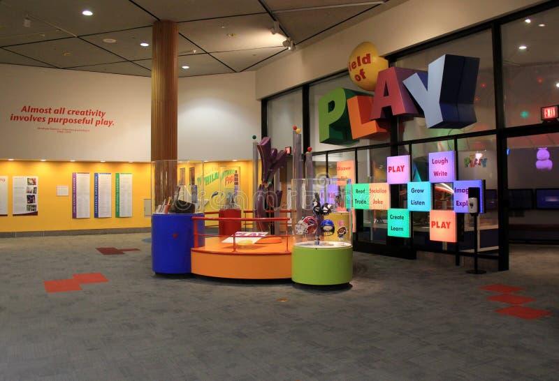 Uma de muitas áreas devotadas para jogar em um museu dedicado à ciência, museu forte, Rochester, NY, 2017 foto de stock royalty free
