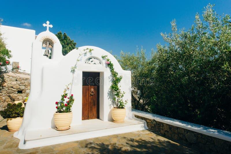 Uma de muitas capelas t?picas da igreja ortodoxa grega na cidade de Mykonos imagem de stock