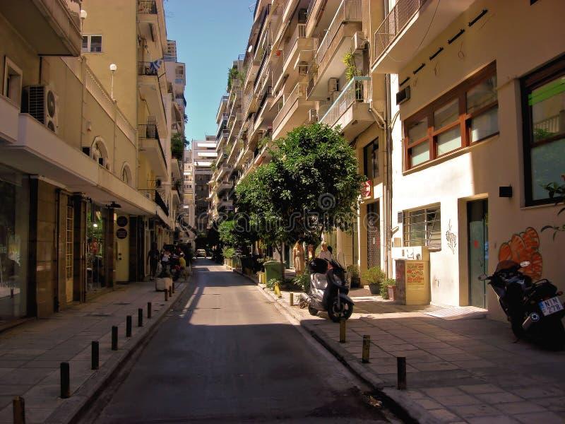 Uma de muitas ruas na cidade de Tessalónica imagem de stock