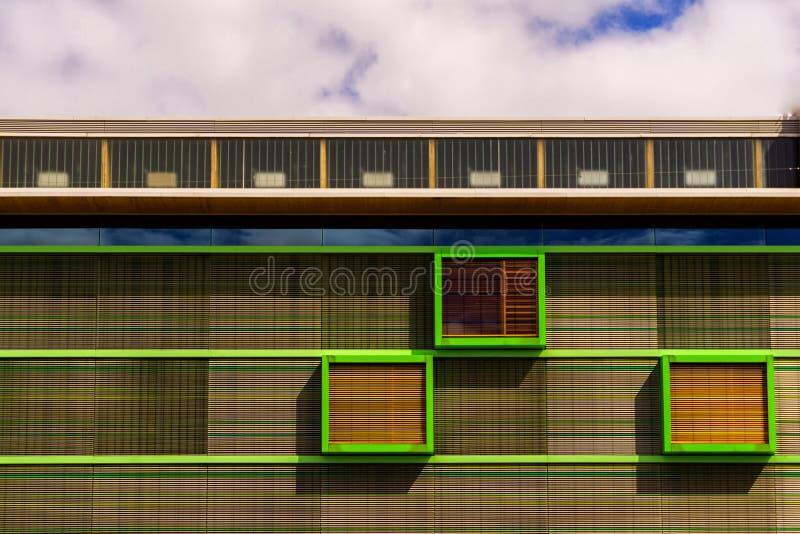 Uma decoração colorida na parte superior de uma construção fotografia de stock royalty free
