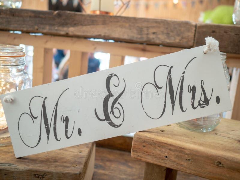 Uma decoração de madeira do casamento que diz o Sr. & a Sra. em um local de encontro do casamento imagem de stock royalty free