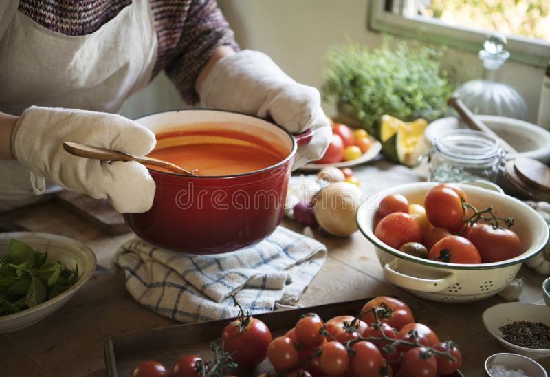 Uma dona de casa que cozinha a ideia da receita da fotografia do alimento do molho de tomate foto de stock