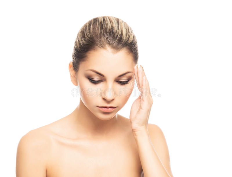 Uma dor caucasiano nova do sentimento da mulher em sua cabeça fotografia de stock royalty free