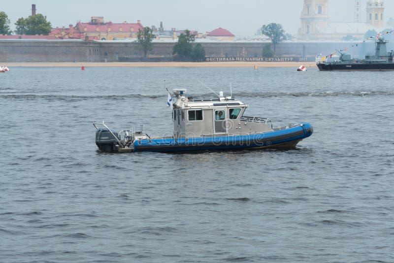 Uma embarcação de patrulha na área da água de Neva River em St Petersburg, Rússia imagens de stock