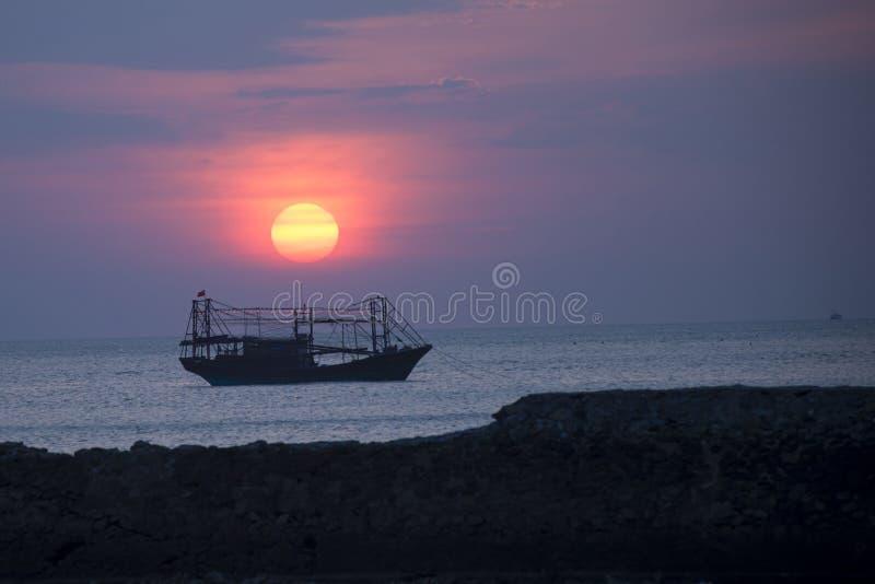 Uma embarcação de pesca ancorada no porto imagens de stock royalty free