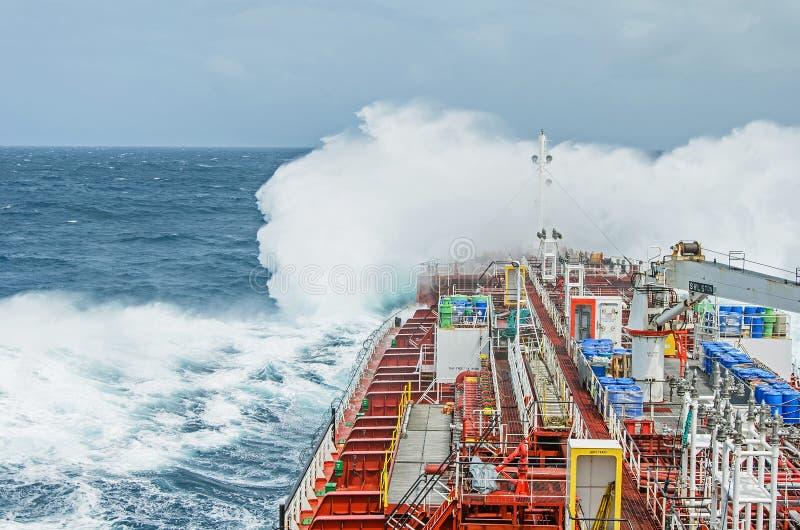 Uma embarcação do petroleiro contra a raiva fotografia de stock