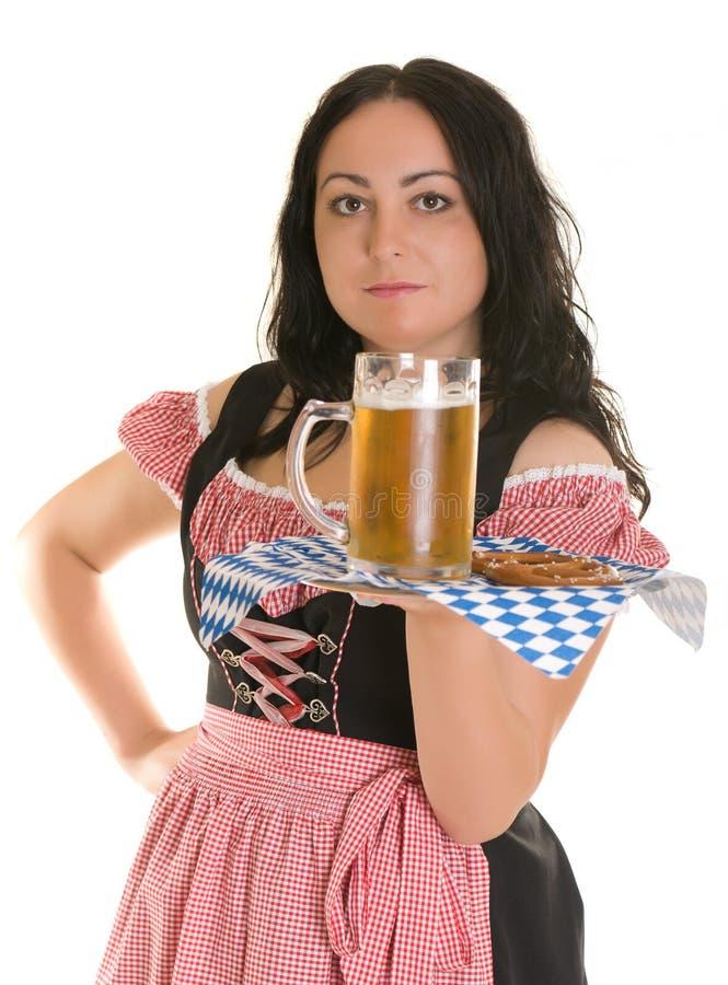Uma empregada de mesa sere a cerveja imagem de stock royalty free