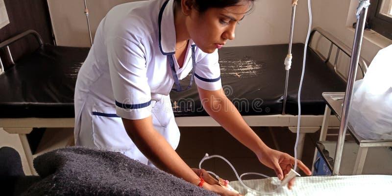 uma enfermeira indiana injetando garrafa de glicose à paciente na enfermaria do hospital em india aug 2019 foto de stock royalty free