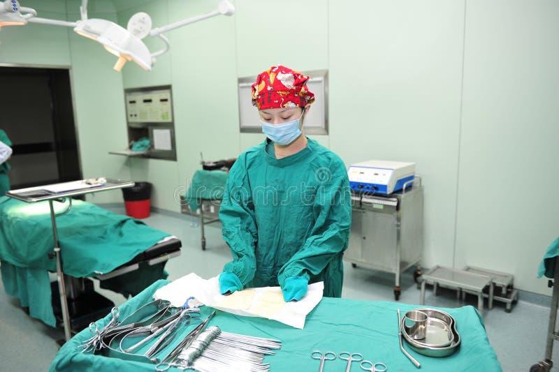 Uma enfermeira tensa do instrumento da operação da preparação fotos de stock