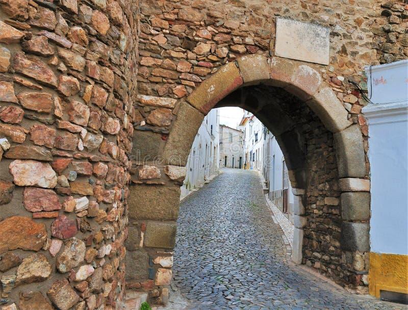 Uma entrada ao castelo e a uma rua estreita imagem de stock royalty free