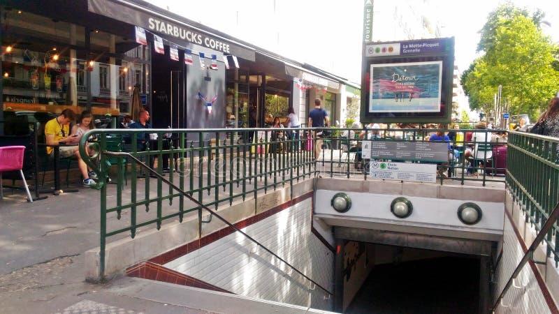 Uma entrada ao metro de Paris fotos de stock