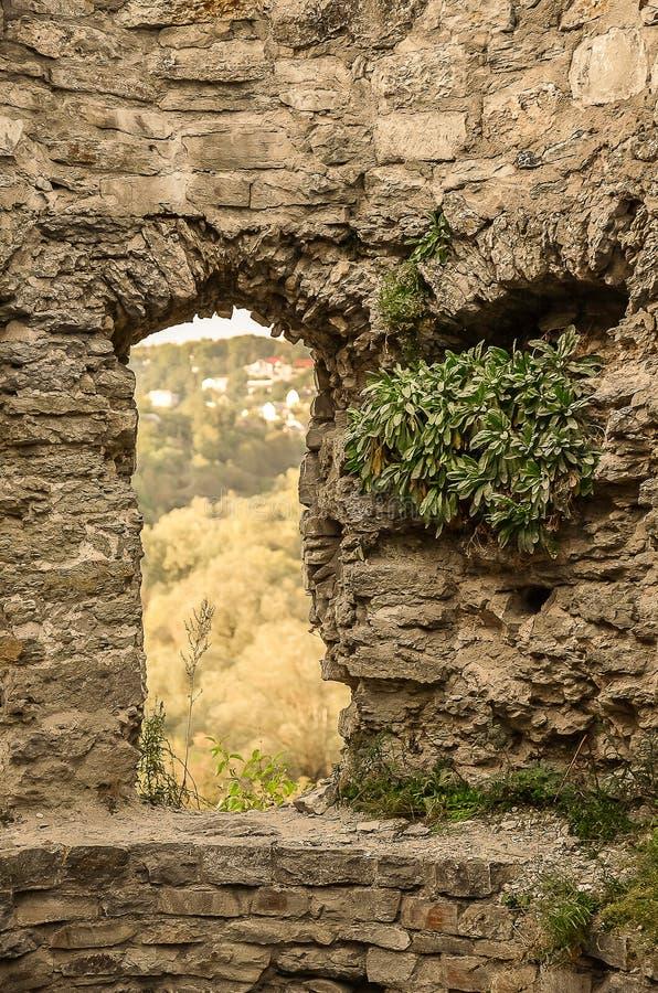 Uma entrada nas ruínas de um castelo antigo fotos de stock royalty free