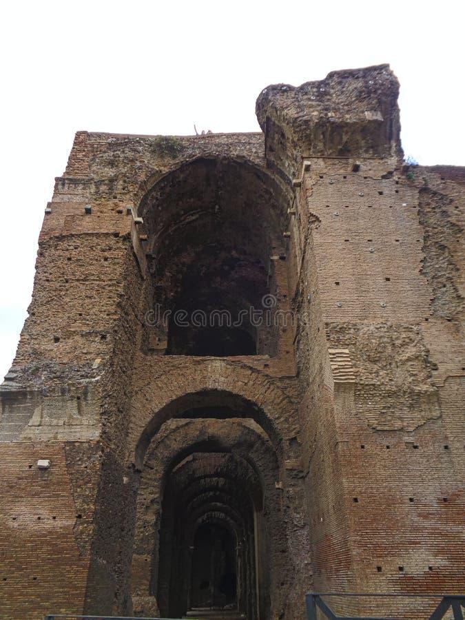 uma entrada velha da ruína em Roma no feriado fotos de stock royalty free
