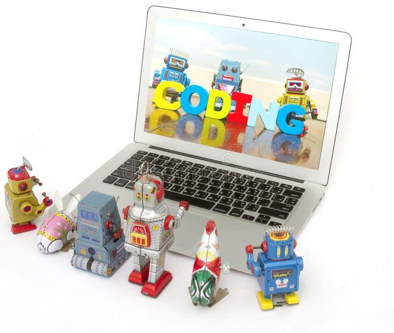 Uma equipe de brinquedos do robô aprende a codificação imagens de stock