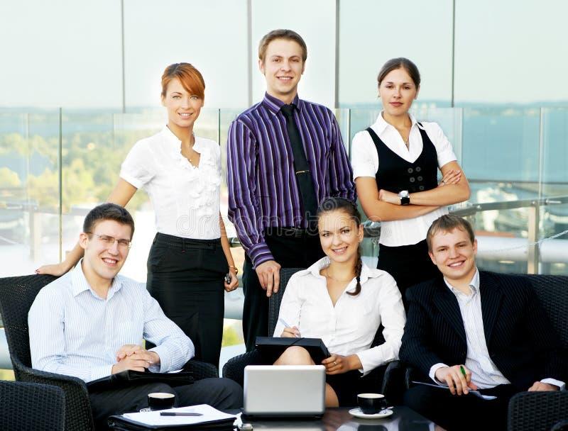 Uma equipe do negócio de seis pessoas em um escritório moderno fotos de stock