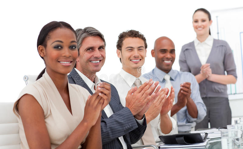 Uma equipe do negócio que aplaude uma apresentação imagens de stock