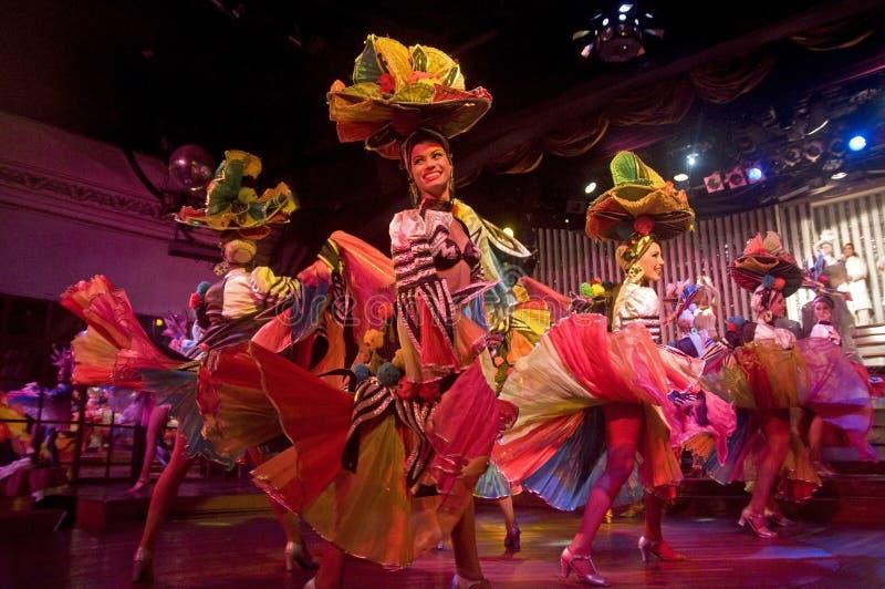 Uma equipe dos dançarinos graciosos que dançam com alegria em um do desempenho na taberna de Parisien, Havana, Cuba