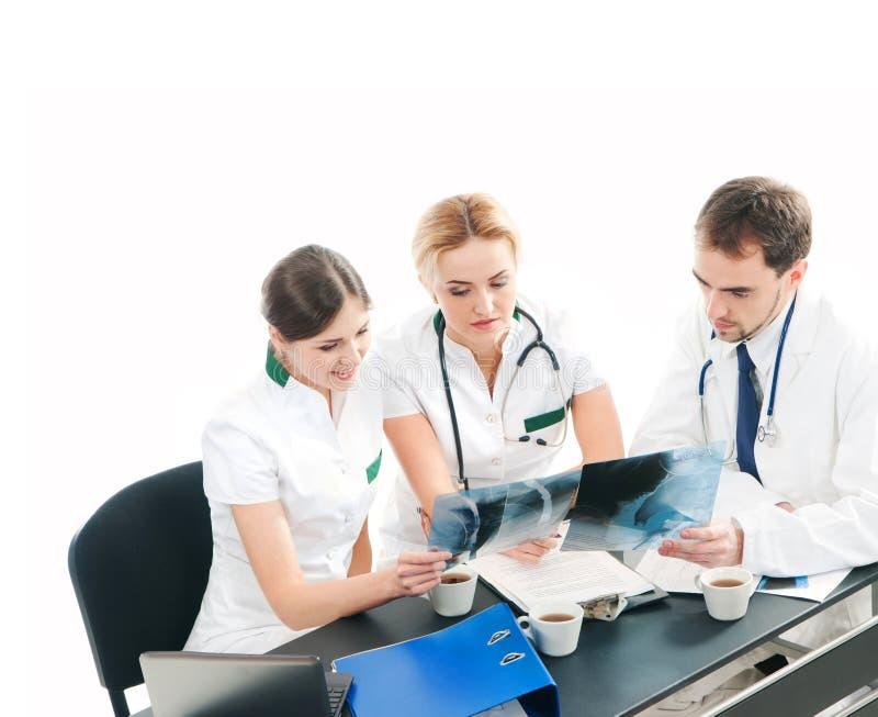 Uma equipe dos doutores novos e espertos que trabalham junto fotografia de stock royalty free