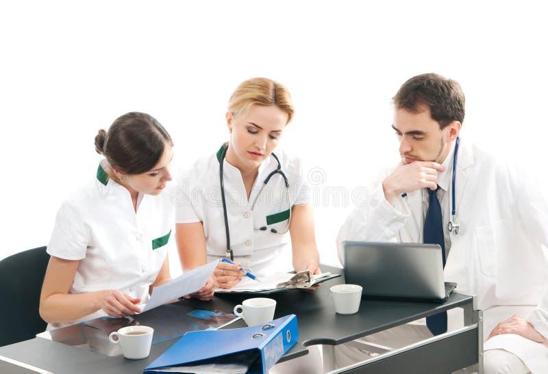 Uma equipe dos doutores novos e espertos que trabalham junto imagem de stock