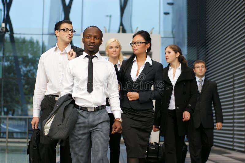 Uma equipe internacional do negócio na roupa formal imagens de stock royalty free